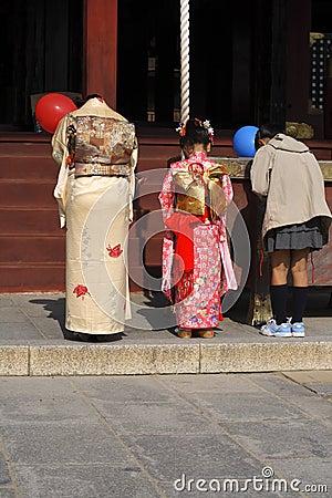 7.5.3 (Shichi-ir-san) - praying Imagem de Stock Editorial