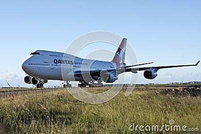 747波音喷气机超大qantas跑道 编辑类库存图片