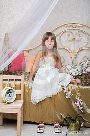 Free A Little Girl Sitting With Eyes Closed On The Bed Royalty Free Stock Photography - 32483447