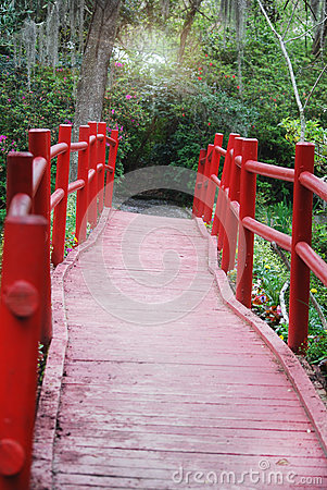 Free A Look Down The Path Of Red, Wooden Bridge At Magnolia Plantation And Gardens. Stock Photo - 69466680