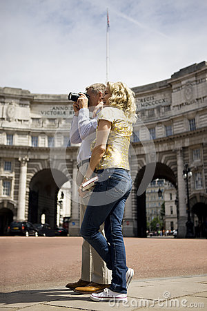 Free A Middle-aged Couple Standing By Admiralty Arch, Taking A Photograph Royalty Free Stock Photography - 67260157
