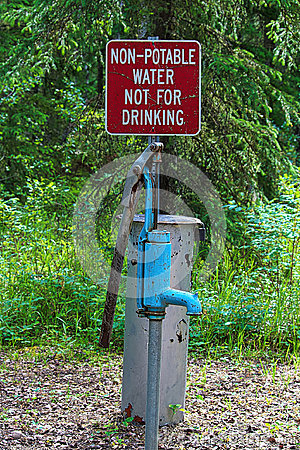 Free A Non-potable Water, Not For Drinking Sign Near A Pump Stock Photography - 96686102
