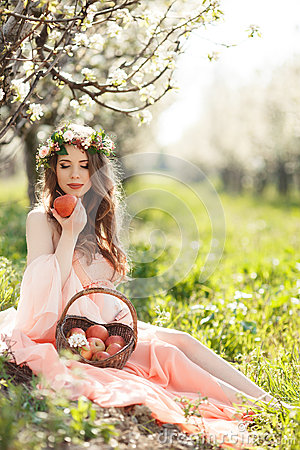 Free A Pregnant Woman In A Spring Garden With Basket Stock Photography - 53781572