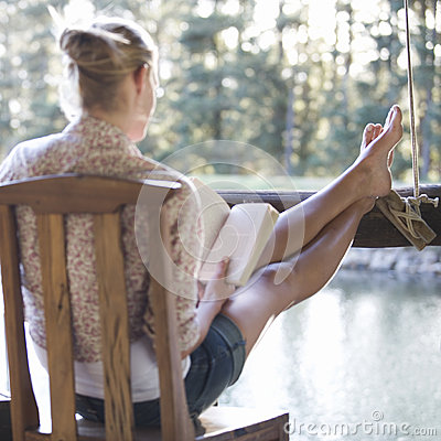 Free A Young Woman Reading A Book Royalty Free Stock Images - 67241609