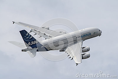A380 podczas zwrota Obraz Editorial