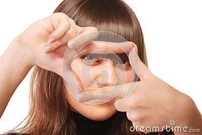 Aandachtige starende blik door vingerframe