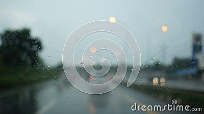 Aandrijving op de manier in de regen stock footage