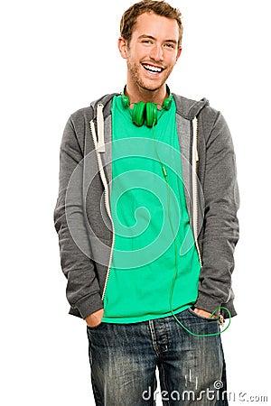Aantrekkelijke jonge mens die hoodie het glimlachen whit achtergrondhaven dragen