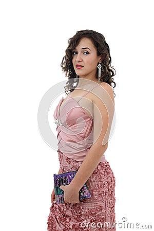 Aantrekkelijke jonge vrouw in de roze kleur van de kledingsholding