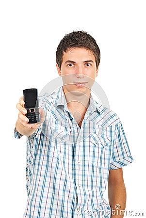 Aantrekkelijke mens die mobiele telefoon geeft