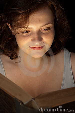 Aantrekkelijke tiener die een boek leest