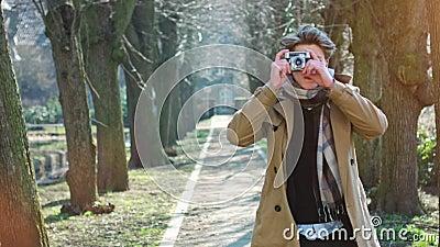 Aantrekkelijke Toerist die een foto met uitstekende camera nemen stock video