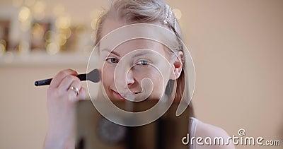 Aantrekkelijke vrouw die Makeup Applaying Powder met een Borstel doet stock video