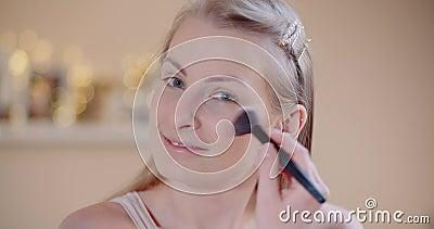 Aantrekkelijke vrouw die Makeup Applaying Powder met een Borstel doet stock videobeelden
