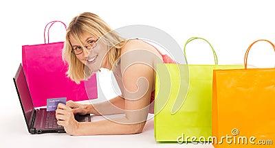 Aantrekkelijke vrouw die over Internet winkelt