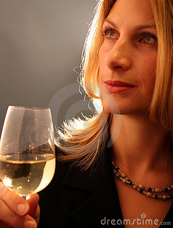 Aantrekkelijke vrouw het drinken wijn.