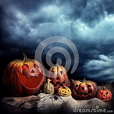 Abóboras de Halloween na noite