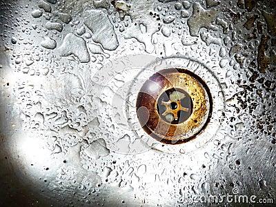 Abajo del agujero de enchufe
