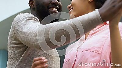 Abarcamiento afroamericano de los pares, feliz junto, anticipando, futuro de planificación metrajes