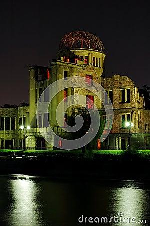 Abóbada da bomba atômica (abóbada de Genbaku) na noite