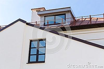 Abbaini del timpano e tetto della casa residenziale for Tetto della casa moderna
