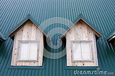 Abbaino due con le finestre sul tetto verde immagini stock for Stili tetto tetto