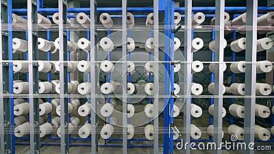 Abbondanza delle bobine di cucito allegate alla macchina industriale Fabbrica industriale della tessile stock footage