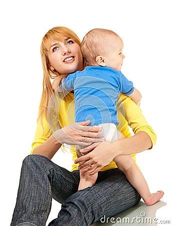 Abbraccio del figlio e della madre