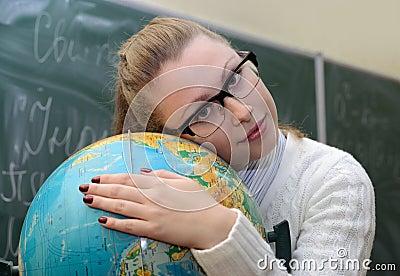 Abbraccio della donna un globo
