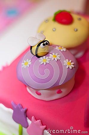Abeja en la torta