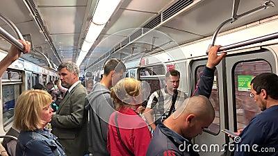 Abfahrt des U-Bahn-Zuges stock video footage