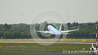 Abfahrt TIUfly Boeing 737 stock video