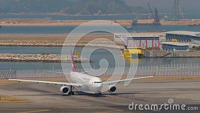 Abflug des Flugzeugs vom internationalen Flughafen Hongkong stock footage