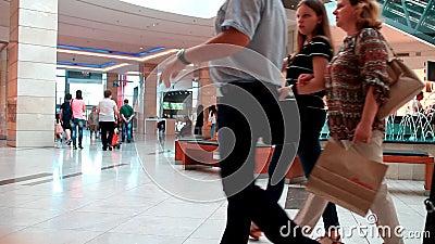 Abnehmer, die im Mall kaufen stock video