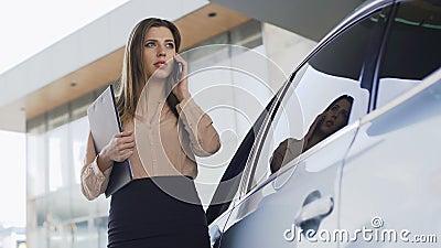 Abogado hermoso que camina al automóvil, llamando al cliente, comunicación empresarial almacen de video