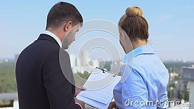 Abogados hombres y mujeres discutiendo detalles del contrato al aire libre, trabajo de oficina, carrera metrajes