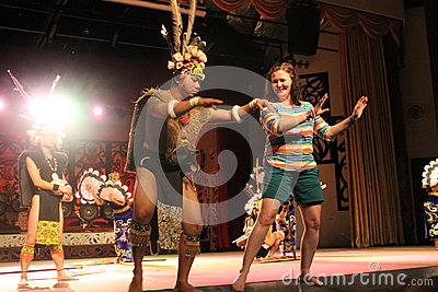 Aboriginal Warrior invite visitor dance togather Editorial Stock Image