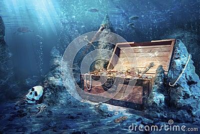 Abra a caixa de tesouro com underwater brilhante do ouro