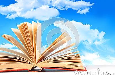 Abra el libro contra un cielo azul