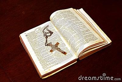 Abra la biblia y el crucifijo