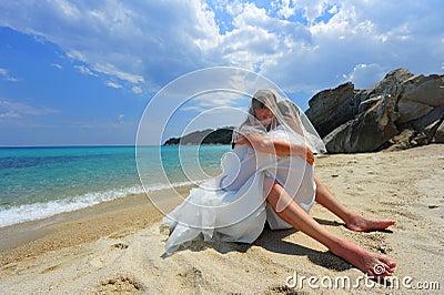 Abrazo apasionado en una playa tropical