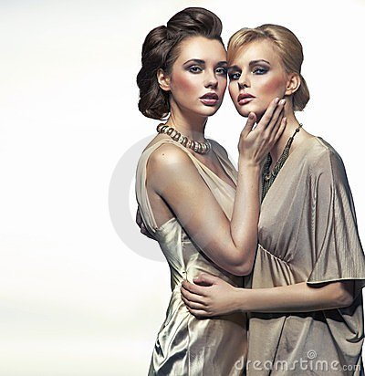 Abrazo de dos señoras de la elegancia