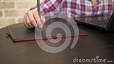 abschlu? Hand eines Jugendlichjungen in einem karierten Hemd unter Verwendung eines Griffels Arbeiten über eine grafische Tablett stock video