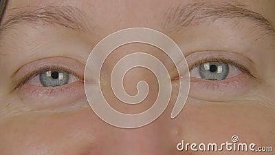 Abschluss herauf blaue Frauenaugen Augen schließen oben Art und Weiseverfassung Menschliches Augen-Makro Schönheitskosmetik Irisa stock video