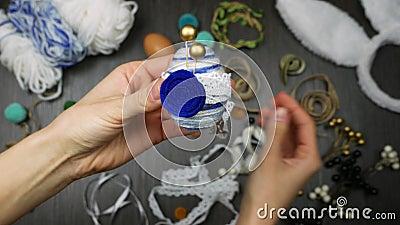 Abschluss herauf handgemachtes Osterei Dekoration mit Garn, Perlen, Filz und Band Modern und übersichtliches Design stock footage