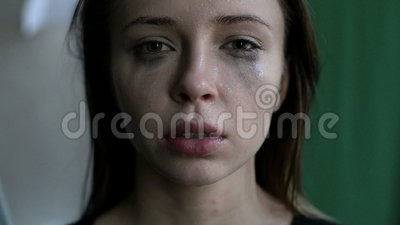 Abschluss oben einer erschrockenen und schreienden Frau mit geschmiert bilden