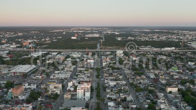 Abseits einer Autobahn in Mexiko mit milden Blauen und rosa Wolken bei Sonnenaufgang stock video footage