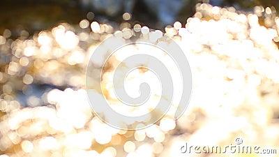 Abstract blurry fora do foco imagiologia de fundo Raios solares oscilando no fluxo de água vídeos de arquivo