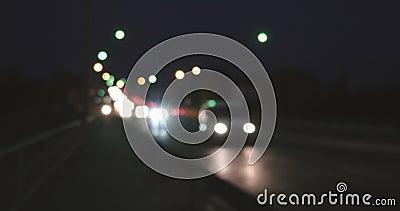 Abstraktes Stadtbild unscharfer Hintergrund Nachtansicht der modernen Überführung drängte sich mit belichteten Autos und Bahnen stock video