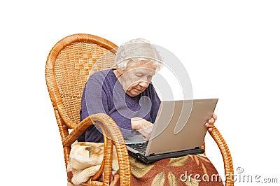 Imagen de archivo: Abuela con la computadora portátil. Imagen: 11073011